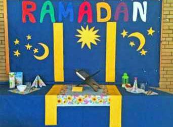 Der Tisch zeigt, womit sich viele Muslime im Ramadan tagsüber oder nachts beschäftigen