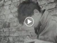 Junger Soldat schreibt einen Brief