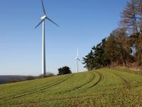 Windräder auf grünen Feldern