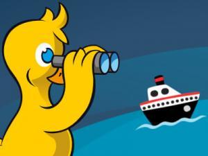 Eine gelbe Cartoon-Ente blickt durch ein Fernglas auf ein Schiff