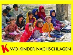 Eine Gruppe von Kindern sitzt auf dem Boden und schaut fragend