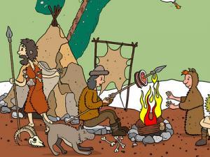 Zwei Steinzeitmenschen sitzen am Feuer, ein dritter hält einen Speer