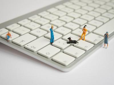 Kleine Figuren auf einer Tastatur