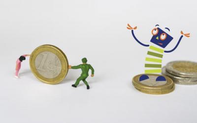 Zwei kleine Figuren rollen einen großen Euro zum Maskottchen