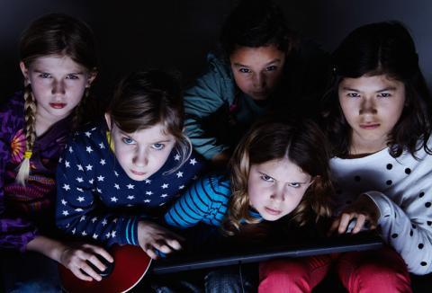 Fünf Mädchen schauen düster und haben eine Tastatur dabei