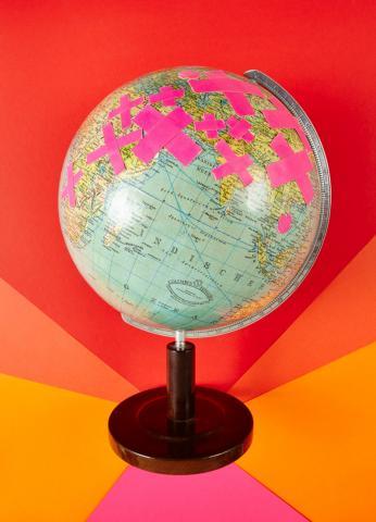 Ein Globus mit Pflastern