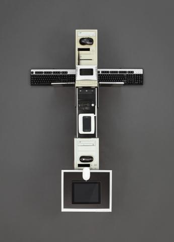 Ein Kreuz geformt aus Computer und Hardware