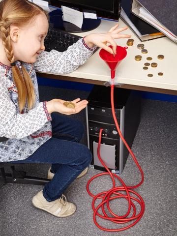Ein Mädchen steckt Münzen in einen Kabeltrichter